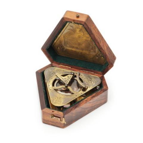 Солнечные часы и компас в деревянном футляре