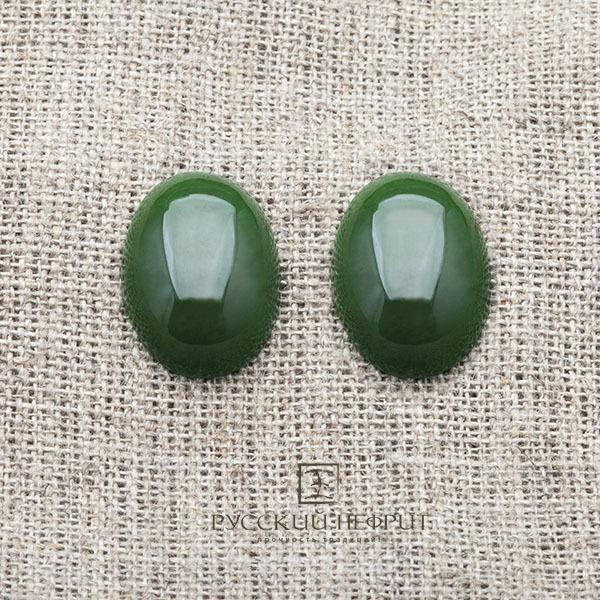 Большой кабошон из ярко-зеленого нефрита.