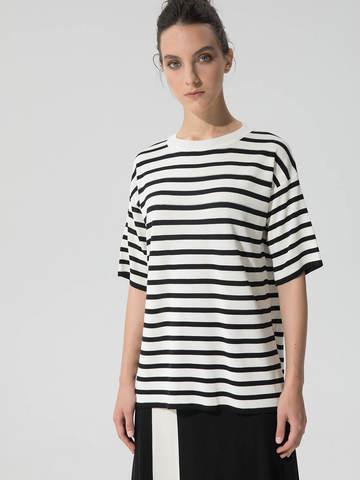 Женский джемпер черного цвета с укороченным рукавом в полоску - фото 2