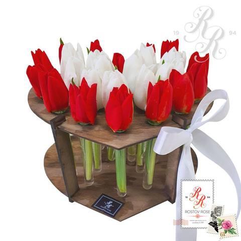 25 красных и белых тюльпанов в пробирке