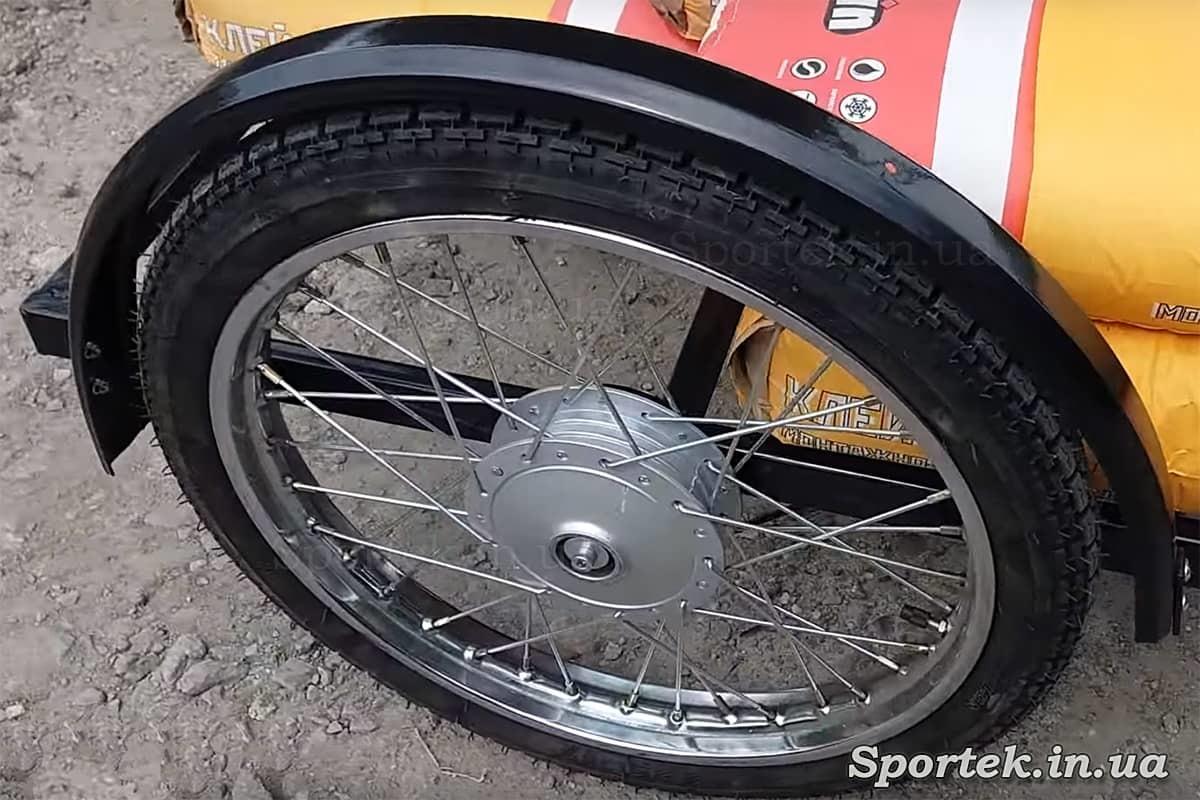 Переднее колесо у трехколесного велосипеда с передней платформой для уличной торговли 'Арден'
