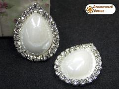 Камень-капля керамический в стразовом обрамлении белый