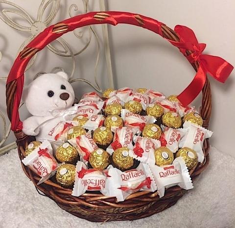 Корзина с конфетами Ferrero Rocher и Raffaello