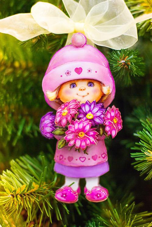 Новогодняя игрушка девочка с букетом
