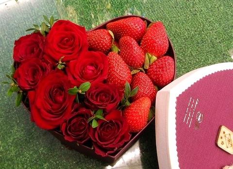 Коробочка с розами и клубникой #12977