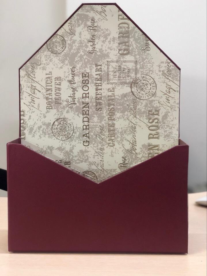 Картонная коробка для цветов в форме конверта . Цвет: бордо  .  Розница 300 рублей .