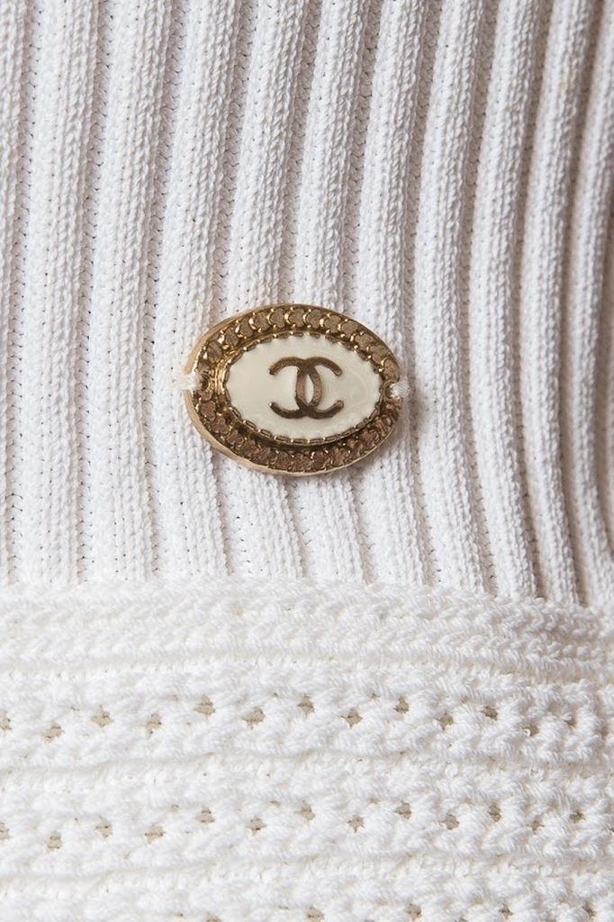 Эффектное трикотажное платье белого цвета от Chanel, 36 размер.