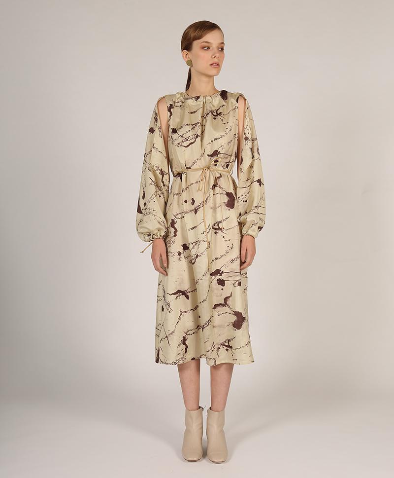 74638d04efda146 Платье из шёлка бежевого цвета