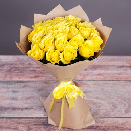 Букет 25 желтых роз Пенни Лейн в крафт-бумаге