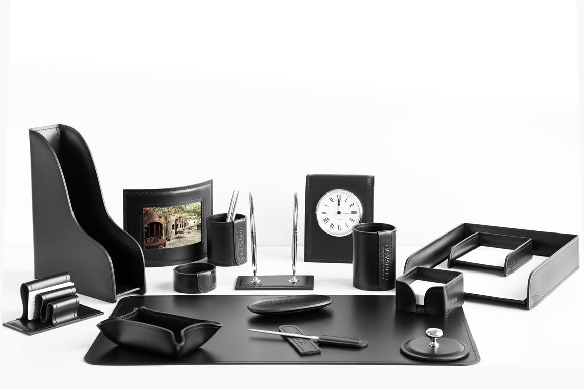 Набор бювар и аксессуары на стол руководителя в черной итальянской коже Cuoietto.