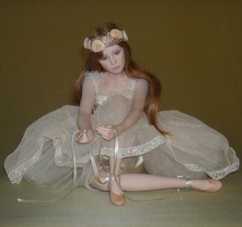 Кукла фарфоровая коллекционная Marigio Carla 39 см в кремовом