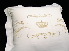 Наволочка 40х40 Christian Fischbacher Luxury Nights Crown 709 золотая вышивка