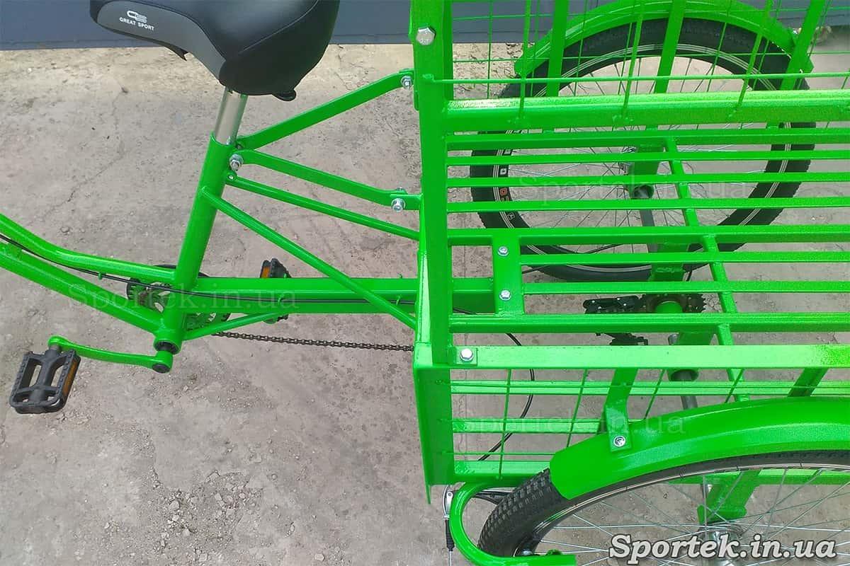 Вид сверху на седло и грузовую платформу без дополнительной части трехколесного грузового велосипеда 'Цветочный'