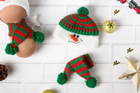 Вязаный комплект зеленый, шапка и шарф ручной работы для куклы - Снеговик