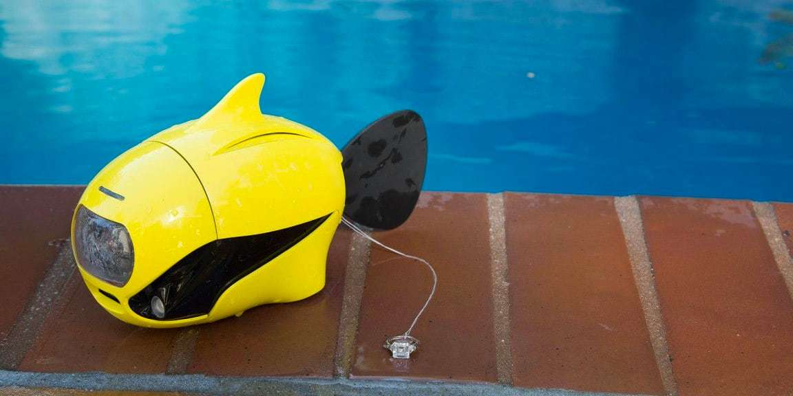 Подводный дрон RoboSea BIKI V1.0 желтый у бассейна
