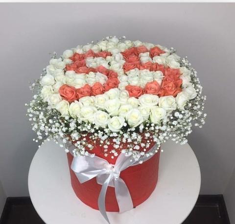 51 белая и коралловая роза в коробке