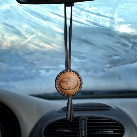 Кожаная подвеска с кисточкой на зеркало авто