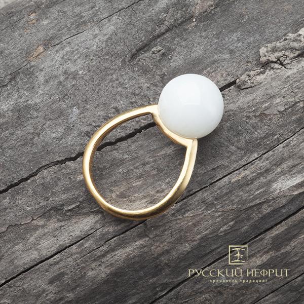 Позолоченное кольцо с белым нефритом.
