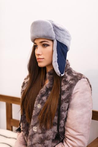 Серая шапка с синими ушками