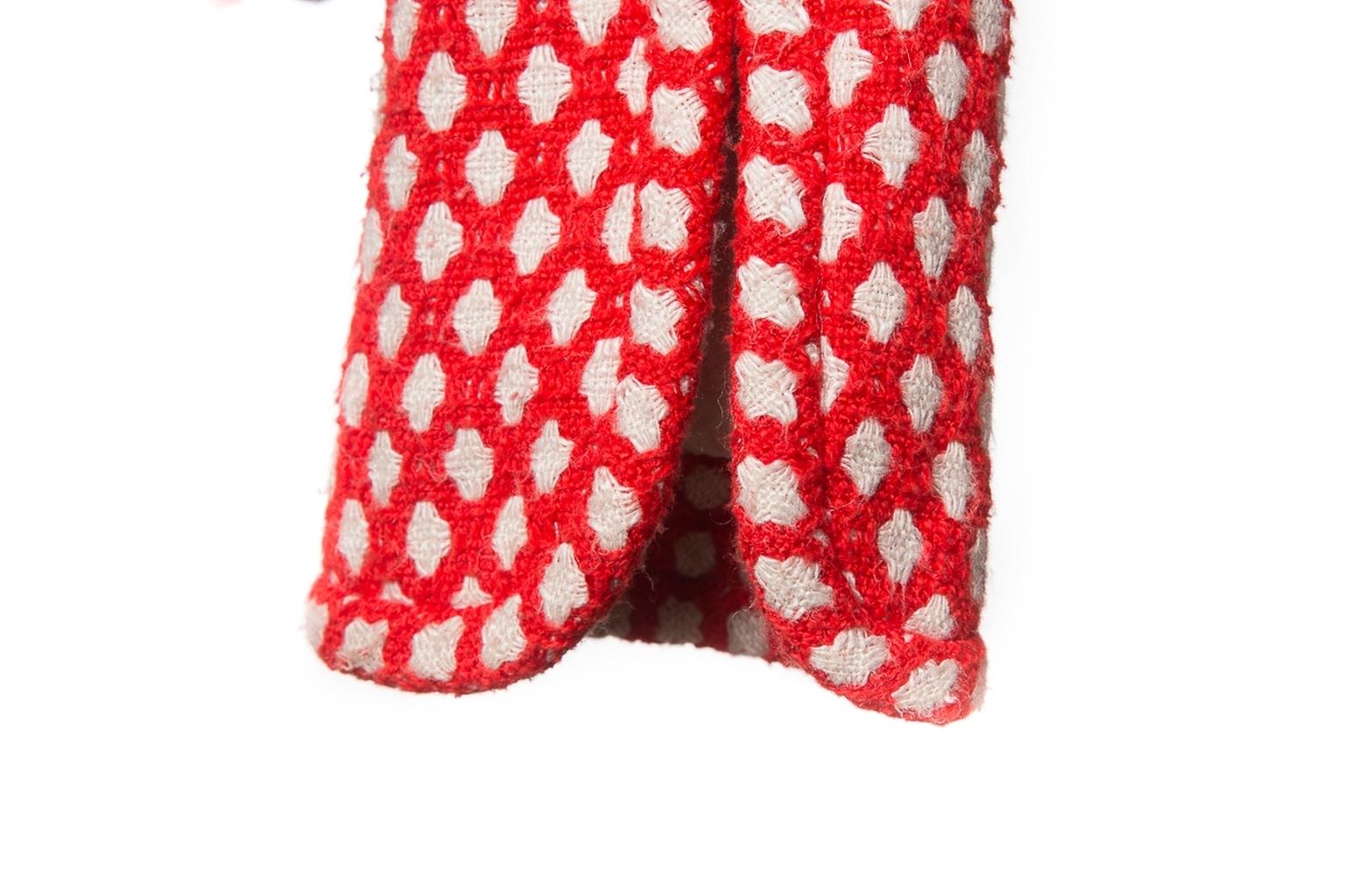 Эффектное пальто из твида красно-белого цвета от Chanel, 36 размер.