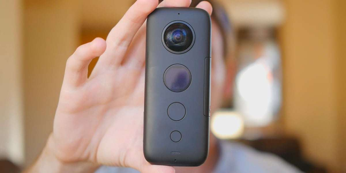 Камера панорамная Insta360 ONE X в руке