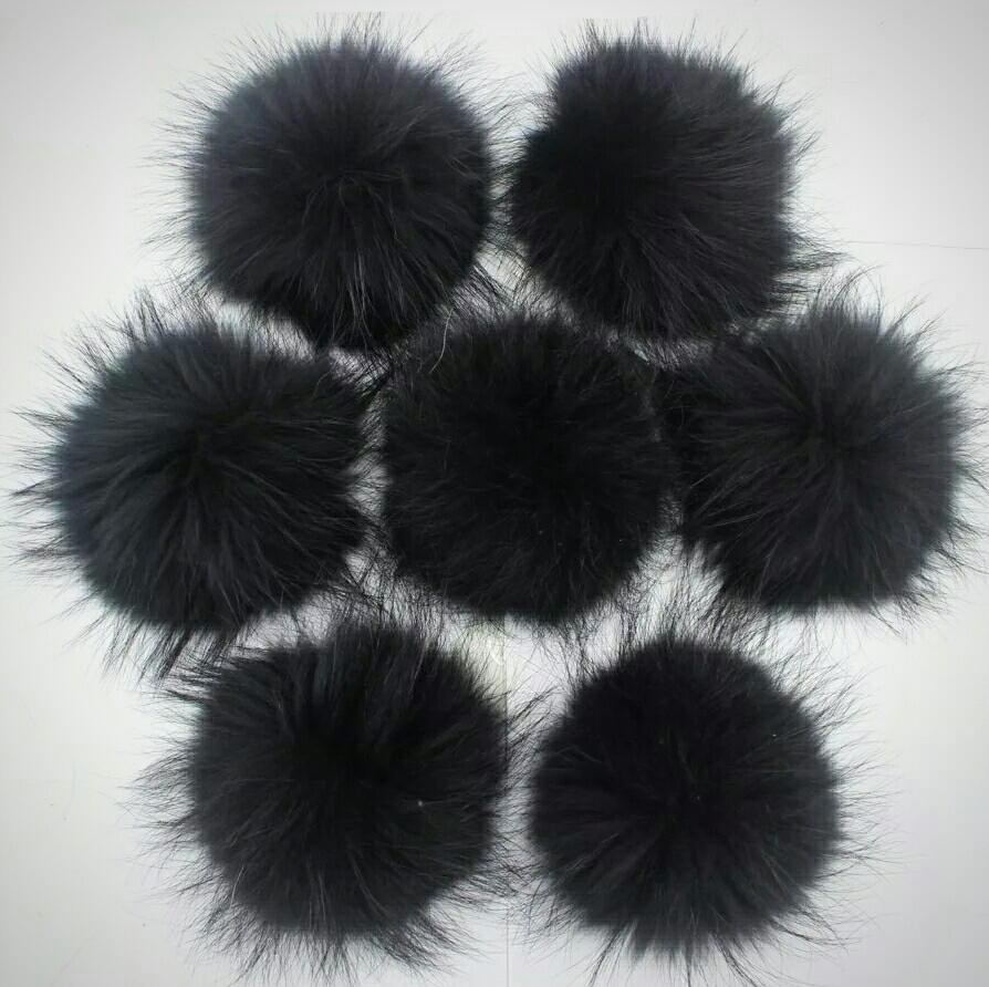 Помпон на кнопке из натурального меха енот 15-18см. Черный.