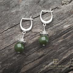 """Серьги  """"Доугун"""" с зелёным нефритом Д 10мм (класс моде)."""