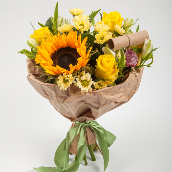 Купить небольшой солнечный букет с подсолнухом и полевыми цветами в Перми