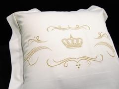 Наволочка 40х60 Christian Fischbacher Luxury Nights Crown 709 золотая вышивка