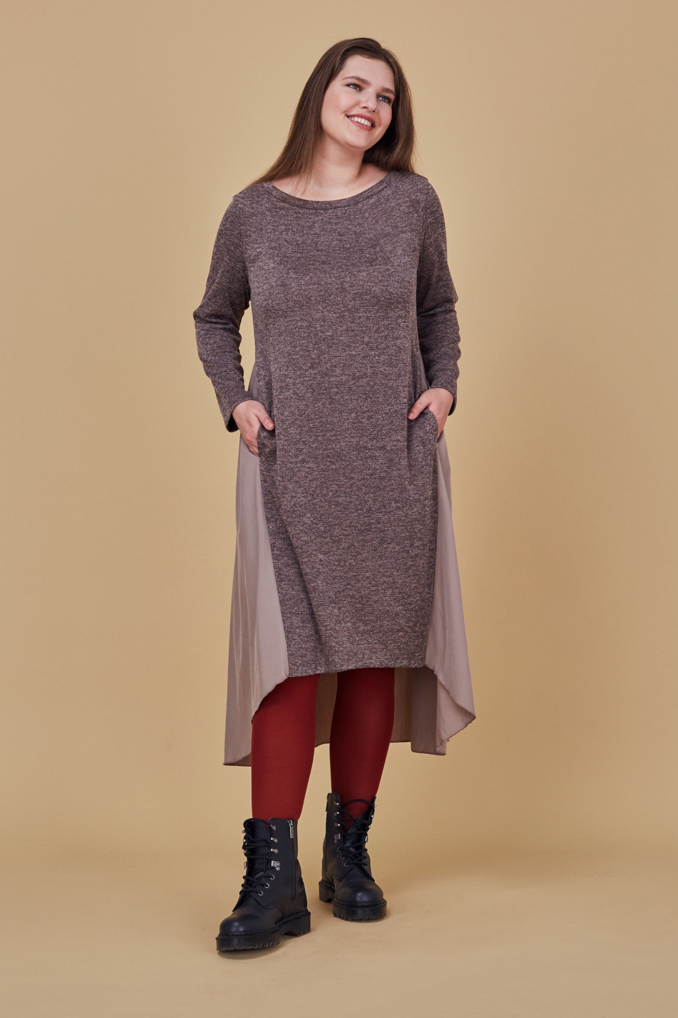 Платье LE-07 D04 15Платья<br>Трикотажное платье чуть ниже колена, с летящей отрезной спинкой. Ассиметричные линии низа,необычное сочетание материалов, максимальная функциональность и универсальность сделают его, одной из самых любимых вещей в гардеробе. Прекрасно сочетается с любой обувью и акссессуарами. Рост модели на фото 178 см, размер 54 (российский).<br>