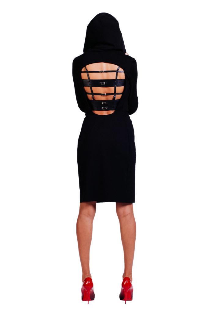 Платье черное с капюшоном и декором из кожи