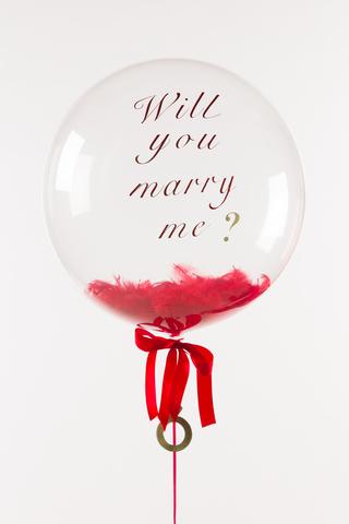 Воздушный шар с перьями и индивидуальной надписью красный
