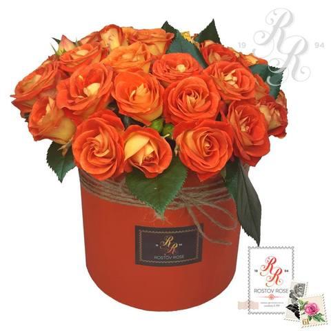 Красно-коралловая кустовая роза в коробке