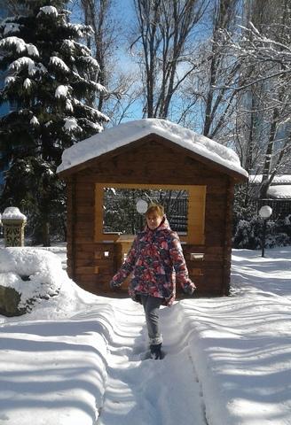 Жизнерадостная Оксана Конышева в куртке