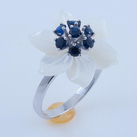 Кольцо с цветами из перламутра и сапфиром Арт. БА бпс