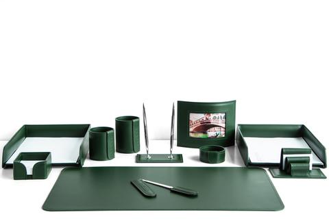 На фото набор на стол руководителя арт.1694-СТ-11  предметов зеленая кожа Cuoietto.