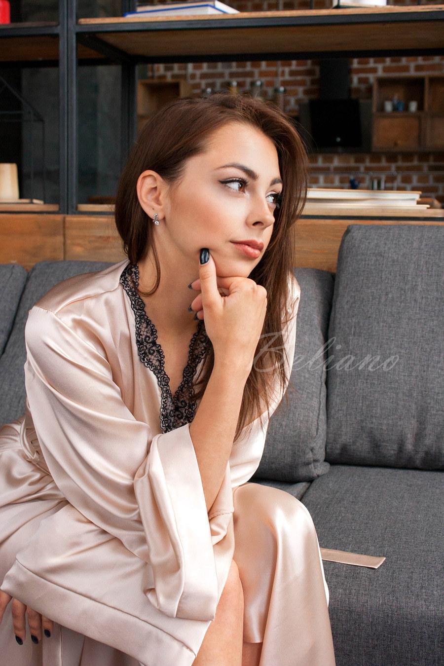 Длинный шелковый халат в пол цвета шампань
