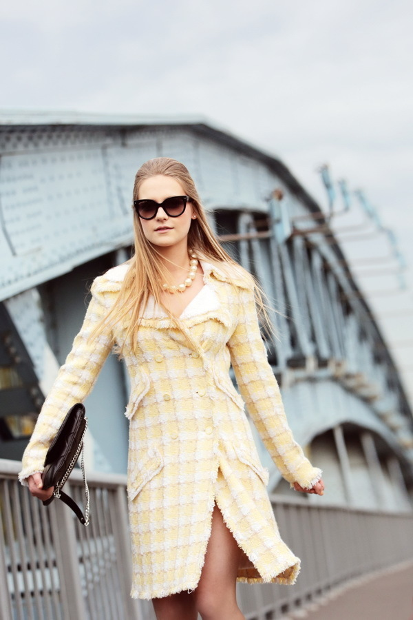 Твидовое пальто лимонного цвета от Chanel, 40 размер.
