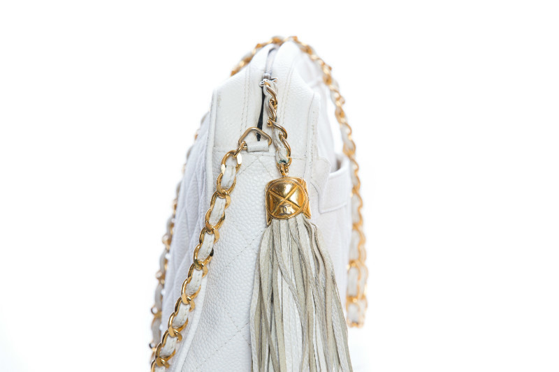 Красивая сумочка из белой кожи с прострочкой и декоративной кистью от Chanel