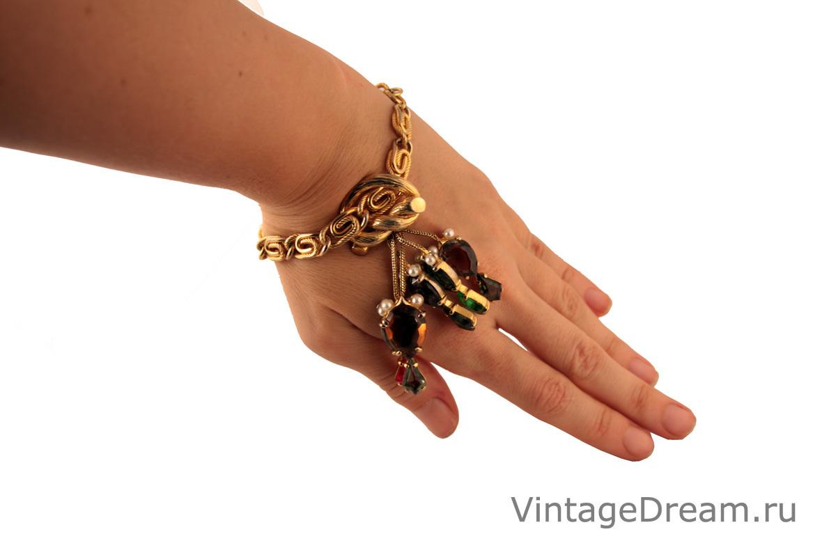Стильный браслет с разноцветным подвесами от Schiaparelli
