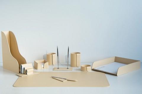 На фото набор на стол руководителя арт.1803-СТ-10 предметов кожа Cuoietto цвет слоновая кость.