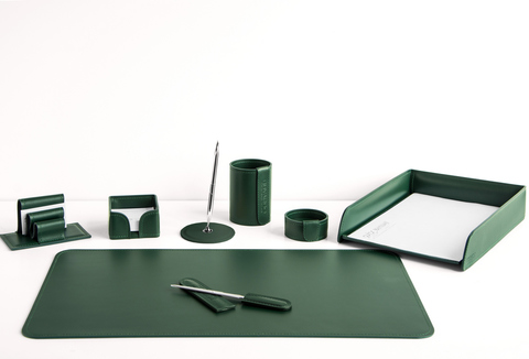 На фото набор на стол руководителя артикул 1634-Ст 8 предметов выполнен в зеленой коже Cuoietto. Возможно изготовление в другом цвете.
