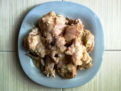 Мясо курицы тушеное в собственном соку