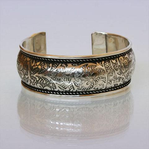 Браслет из белого металла с орнаментом