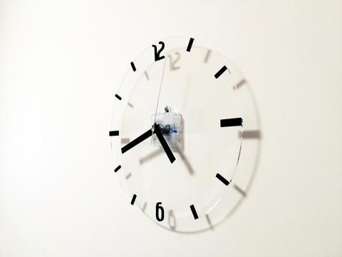 Прозрачные настенные часы