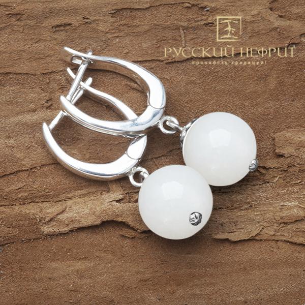 Серебряные серьги с бусинами из белого нефрита.