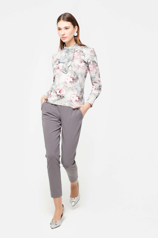 Брюки А495-717 - Укороченные брюки светло-серого цвета станут универсальной составляющей гардероба. Благодаря лаконичному дизайну они легко вписываются в состав любого комплекта, дополняют как деловые образы, так и повседневные. Утягивающая кулиса на талии обеспечивает идеальную посадку по фигуре.
