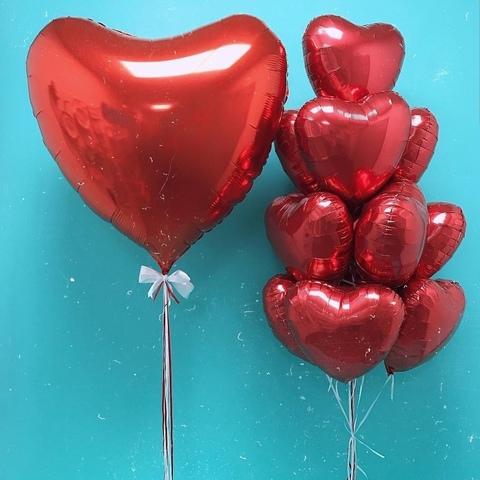 Связка из красных фольгированных шаров