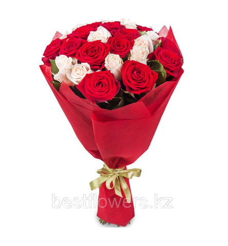 Букет из 25 белых и красных роз (местные)