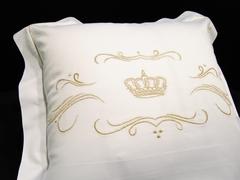 Наволочка 50х75 Christian Fischbacher Luxury Nights Crown 709 золотая вышивка